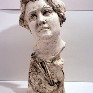 Élisabeth-Louise de Montigny Giguère, Autoportrait de l'artiste, 1920. Plâtre moulé. 48,5 x 21 x 23 cm. Collection Musée Laurier.