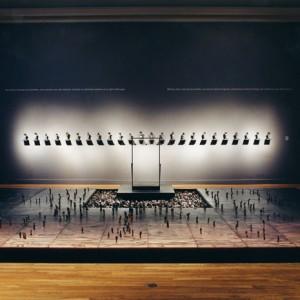 René Derouin, Place publique,1992. 3000 statuettes. Céramique, acier, bois relief et eau. 580 x 488cm. Collection Musée des beaux-arts de Montréal. Photo avec l'aimable autorisation de l'artiste.