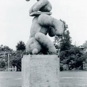 Pierre Desrosiers, Place aux oursons, 1990. Béton, haies d'arbustes. 387 x 716 cm. Photo : Claude Boisvert, Service de la culture, des loisirs et de la vie communautaire de Laval.