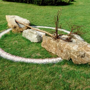 Jean Drouin, ou le totem renversé, 1992. Pierres naturelles, galets de mer (Gaspésie), bouleau jaune. 350 x 500 cm. Photo avec l'aimable autorisation de l'artiste.