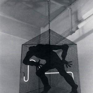 Yvone Duruz, Hommage à Joseph Beuys, 1987.  Acier et néon. Photo : Petronella Van Dyjk.