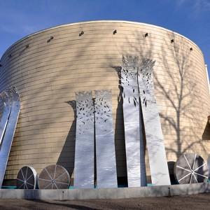 Daniel Dutil,Le vent glisse sur le temps et roule vers la lumière, 2012. Aluminium et granit. 1500 x 600 x 100 cm.