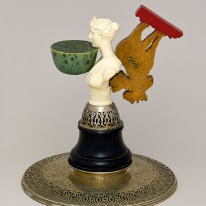 Léopold L. Foulem, Tasse et soucoupe avec orignal, 1999. Céramique et objets trouvés. 27 x 23 cm. Photo : Richard Milette.
