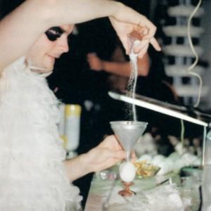 Claudie Gagnon, Marchandises, 2003. Installation/intervention théâtrale. Objets divers, matériaux divers. 340 x 560 x 1000 cm. Intervention théâtrale effectuée dans un local commercial désaffecté, Saint-Hyacinthe. Photo : Emanuel Vanasse, avec l'aimable autorisation de EXPRESSION, Centre d'exposition de Saint-Hyacinthe.