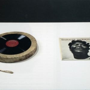 Raymond Gervais, La Réunion, 1998. Tambour, disque 33 tours, pochette Mahalia Jackson. 31 x 31cm. Photo : Richard-Max Tremblay.