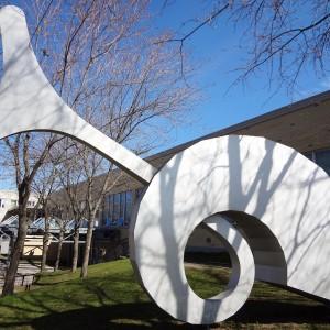Gilles Girard,  Croissance, développement, devenir. 1996. Aluminium soudé et brossé. 442 x 609 x 114 cm. Photo : Mélanie Rioux