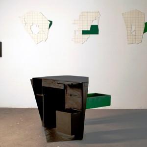 Peter Gnass, ,La Filière, 2006. Matériaux bois, fibre de verre, photo avec encadrement. 123 x 77 x 84 cm.