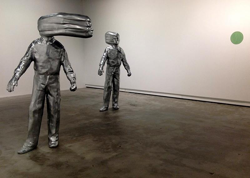 Trevor Gould, (Untitled) Cain and Able, 2003-2012. Vue de l'installation. Gypse polymère, fini chrome, peinture au mur. 200 x 100 x 40 cm. Photo: Trevor Gould.