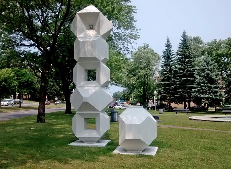 Pierre Granche, Hommage aux travailleurs, 1973. Béton. Boulevard Henri-Bourassa, Montréal-Nord. Photo: Alexandre Nunes.