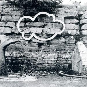 Paul Grégoire, Hommage à la déception, 1990. Fibre de verre, acier, pierre. 760 x 549 x 305 cm. Photo: Claude Boisvert, Service de la culture, des loisirs et de la vie communautaire de Laval.