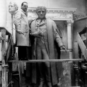 Henri Hébert dans son atelier devant sa statue de Louis-Hippolyte LaFontaine pour le monument LaFontaine, 1930 MQFH, H-22-B-1.
