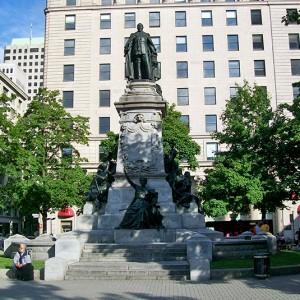 Louis-Philippe Hébert, Monument Edward VII, 1914. Bronze, granit gris. 140 cm (H). Square Phillip, Montréal. Photo: Alexandre Nunes.