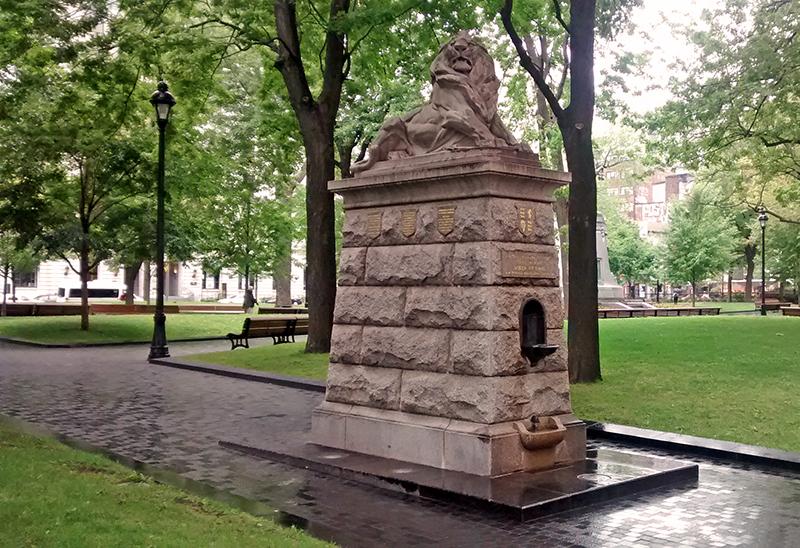Georges William Hill, Le Lion de Belfort, 1897. Granit. Square Dorchester. Montréal. Photo: Alexandre Nunes.