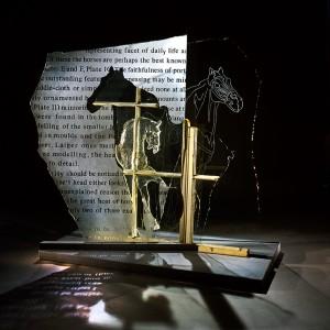 François Houdé, Ming VII, 1986. Verre gravé, verre moulé, fenêtre récupérée. 127 x 122 x 61 cm. Photo: Michel Dubreuil.