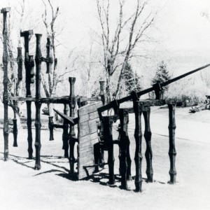 Jacques Huet, L'Arche de la ville, 1966. Bois de Colombie. 975 cm (H). Photo: Luc Chartier, Musée du Québec.
