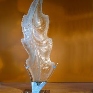 Jean Bélanger, Nature is stronger / La nature est plus forte, 2014.  Verre thermoformé, acier, marbre. 75 x 220 x 50 cm. Photoavec l'aimable autorisation de l'artiste.
