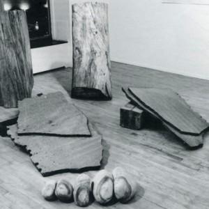 Paul Lacroix,  Le petit poucet, 1990. Troncs d'arbre, granite noir, pierre, acrylique. Photo : Daniel Roussel, avec l'aimable autorisation de la Galerie Trois Points.
