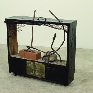 Alain Laframboise, Écho I, 1983. Brique, bois, grillage, fer, roche. 38 x 95 x 25 cm. Photo avec l'aimable autorisation de l'artiste.