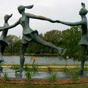 Roger Langevin, Les patineuses, 2008.Fibre de verre et résine de polyester. 280 x 500 x 310 cm. Parc Beauséjour, Rimouski. Photo avec l'aimable autorisation de l'artiste.