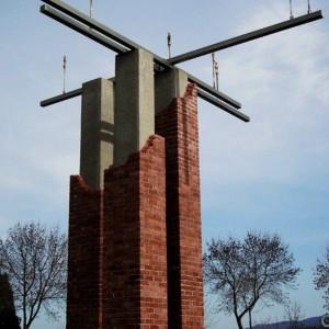 Roger Lapalme, La croisée des chemins, 2008. Briques, béton armé, acier inoxydable, bronze. 700 cm (H). Parc Kennedy, Granby. Photo avec l'aimable autorisation de l'artiste.
