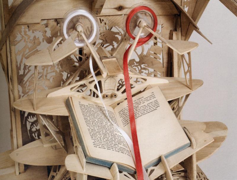 Réal Lauzon, L'Apnaute, 2006. Bois, papier de riz, acrylique, corde de nylon, ruban de satin, livre. 208 x 460 x 70 cm. Photo : Guy L'Heureux.