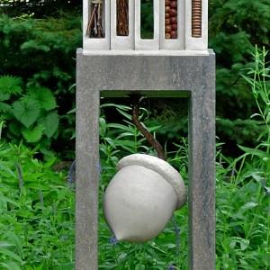 Michèle Lavoie, Construction/Déconstruction, 2010. Calcaire Indiana et St-Marc, branches, feuilles, gland du chêne, acier. 132 x 25 x18 cm. Photo avec l'aimable autorisation de l'artiste.