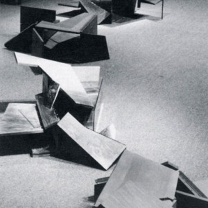 Jean-Yves Leblanc, Oeuvre à géométrie variable, 1988. Bois, charnières, interventions de Sun Hee Yoon et Michel Niqueue. 35 x 25 x 61 cm.