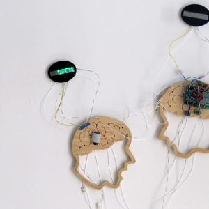 Lorraine A Oades, e-xchange, 2011. Bois et appareils électroniques. Photo avec l'aimable autorisation de l'artiste.
