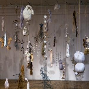Janet Logan, Paysage, etc., 2009. Objets divers : vêtements, boutons, broches, bois, ficelles, etc. Photo: Michel Debreuil.