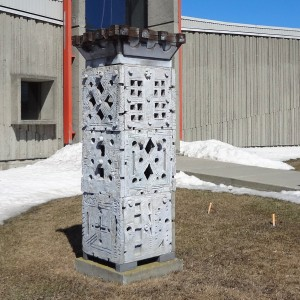 Louis Belzile,  Les trois âges. 1987. Ciment, fibre de verre et bois.   90 cm x 224 cm x 79 cm.  Photo : Mélanie Rioux