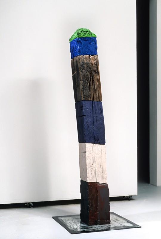 Marcel Jean, E, 2005. Bois, peinture, verre et ciment. 162 cm (H). Photo avec l'aimable autorisation de l'artiste.