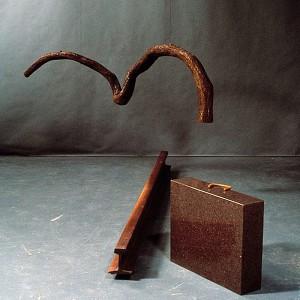Gilles Mihalcean, Vieille branche, 1990. Fer, noyer noir, granite, cuivre, chocolat. 122 x 213 x 488 cm. Photo : Louis Lussier.