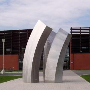 Claude Millette ARCHIVOLTE, 2011, acier inoxydable, 750cm x 170cm x 100cm. Photo avec l'aimable autorisation de l'artiste.