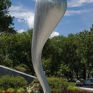 Jean-Pierre Morin, Trombe, 2008. Aluminium brossé. 720 x 220 x 195 cm. Musée national des beaux-arts du Québec. Photo: Yvan Binet.