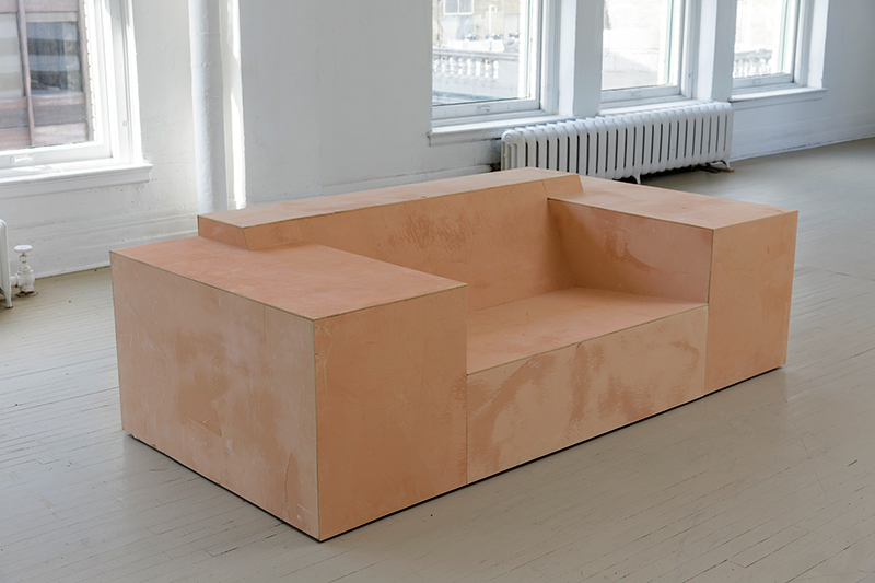 David Naylor, Somewhere, sans titre (divan), 2004. Bois, plâtre, ocre naturelle. 69 cm x 227.5 cm x 109.5 cm. Collection de l'artiste. Photo : Guy L'Heureux.