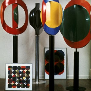 Gunter Nolte, Group of four kinetic sculptures (and two silkscreens),1968. Fibre de verre, résine de polyester, acier. 110 x 146 cm.