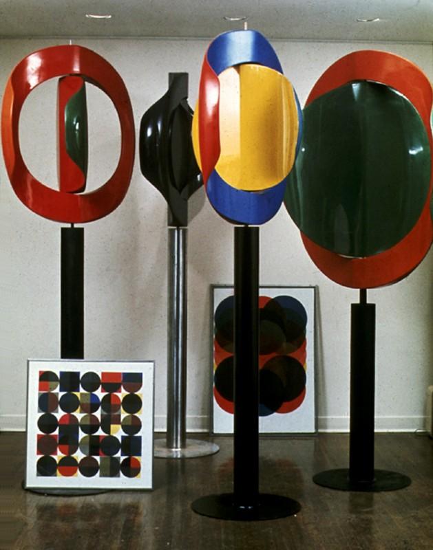 Gunter Nolte, Group of four kinetic sculptures (and two silkscreens),1968. Fibre de verre, résine de polyester, acier. 110 x 146 cm.