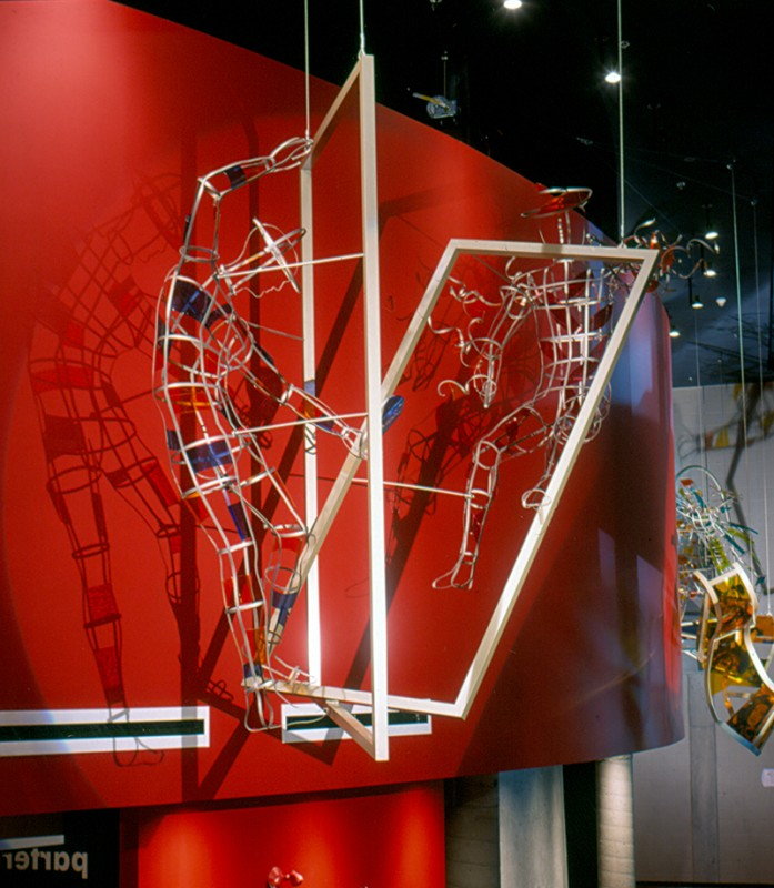 Pierre Osterrath, Mimésis, 2001. Aluminium anodisé et verre antique thermoformé. 280 x 390 x 200 cm. Théâtre de La Bordée, Québec. Photo: Yvan Binet.