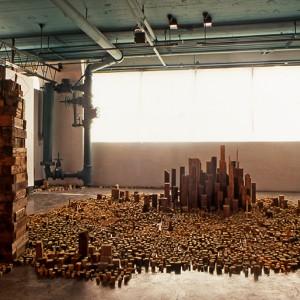 Jocelyn Philibert, Vastes vestiges, 1990. Bois de rebut usagé. Photo: Michel Dubreuil.