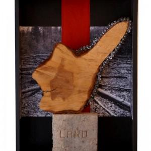 Hélène Plourde, Territoire menacé, 2006. Photo, acrylique sur bois, brique, métal. 45 X 35 X 12 cm.Photo: Pascal Rameux.