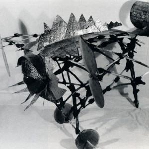 Guy Poirat,Souvenir antillais, 1990-92. Série des Petites inventions. Bois, cire, métal et maracas. 10 x 180 x 130 cm. Photo : avec l'aimable autorisation de l'artiste.