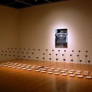 Jocelyn Robert,  L'Origine des espèces,2006. Impression jet d'encre, haut-parleurs, amplificateur, pieds en bois et métal, filage, trame sonore. 500 x 250 x 200 cm. Photo avec l'aimable autorisation de l'artiste.