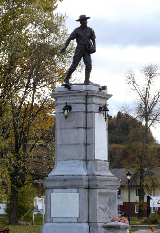 Rodolphe Goffin et Anselme Delwaide, Monument des Vingt-et-Un.1924.  Source : Musée acadien du Québec. Photo :  André Boudreau
