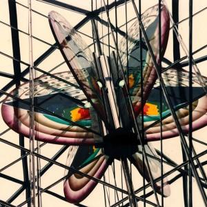 Claire Sarrasin, Métamorphose D'Icare,  1985-1987. Acrylique clair et teinté, fils de soie, encre et cristaux liquides. 220 x 110 x 2,5 cm. Station de métro Parc, Montréal. Photo :  Pierre Zabbal.