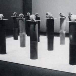 Michel Savoie, Les colonnes (détail de l'installation Stèles et Pavots, les jardins séculaires), 1988. Grès, faïence, glaçures, sable blanc. 119 x 488 x 488 cm.