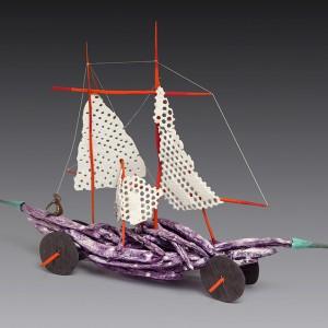Maurice Savoie, Le bateau de Jujol, 2001. Porcelaine, bronze, bois. 48 x 74 x 21 cm. Photo : Guy L'Heureux.