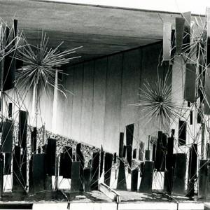 Gord Smith,  Sans titre, 1965. Acier. 310 cm. Photo : Claudette Desjardins, Musée d'art contemporain de Montréal.