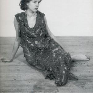 Jana Sterbak,Vanitas : Flesh Dress for an Albino Anorectic — robe de chair pour albinos anorexique, 1987. Photo : avec l'aimable autorisation du Centre Georges-Pompidou, Musée national d'art moderne.