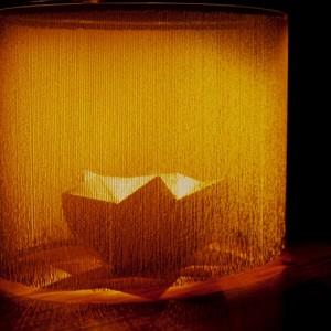 Sylvie Cloutier, Animal de curiosités, 2002. Rideau de perles-faïence, acier, latex, argile, cire, farine. 198 x 245 x 184 cm. Photo : Guilaine St-Pierre.