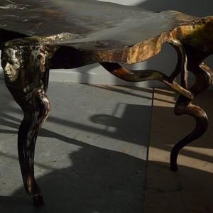 Laurent Bonet, Table-sculpture en noyer, métal et résine. Photo : Avec l'aimable autorisation de l'artiste.